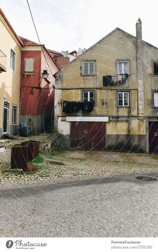 Residential houses in Portugal Kleinstadt Stadt Häusliches Leben Wäsche waschen trocknen Wäscheleine Fassade Wohnhaus Schornstein Garagentor Farbfoto