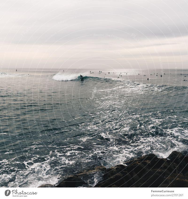 Surfers in the Atlantic Ocean Hafenstadt Bewegung Leichtigkeit Freiheit Surfen Atlantik Wellen Meer Stein Wasser bedeckt Wolken Portugal Farbfoto Außenaufnahme