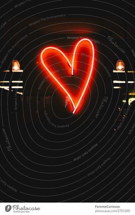 Neon light in the shape of a red heart Zeichen rot Leuchtstoffröhre Leuchtkörper Neonlicht herzförmig Herz Abend Nacht Liebe Valentinstag herzlich