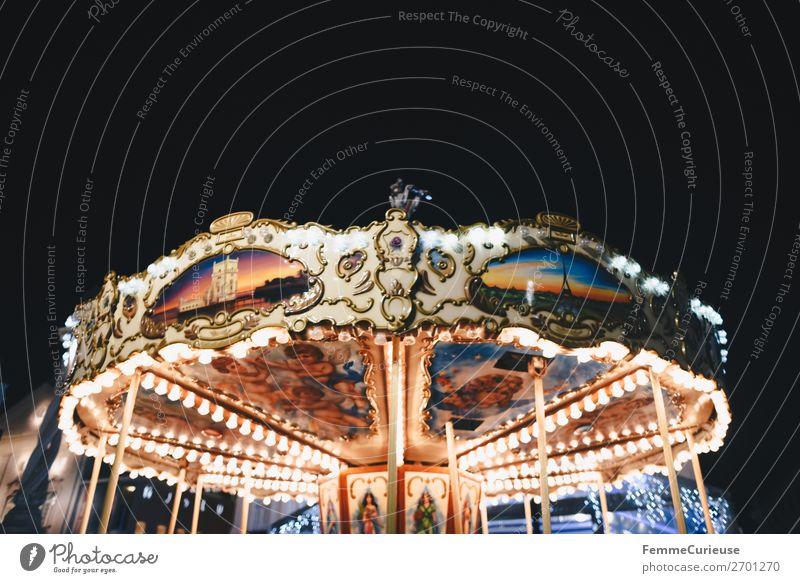 Illuminated carousel Freizeit & Hobby Bewegung Karussell Attraktion Jahrmarkt Beleuchtung Licht mehrfarbig Nachthimmel Abend Glühbirne Farbfoto Außenaufnahme