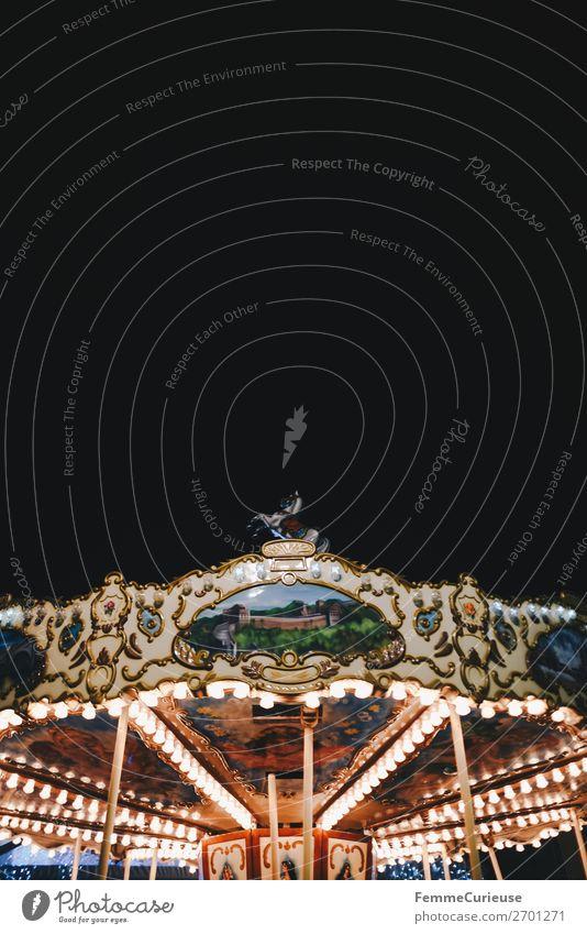 Illuminated carousel Freizeit & Hobby Bewegung Karussell Beleuchtung Beleuchtungselement Lichterkette Nacht Abend Jahrmarkt Attraktion Glühbirne Farbfoto