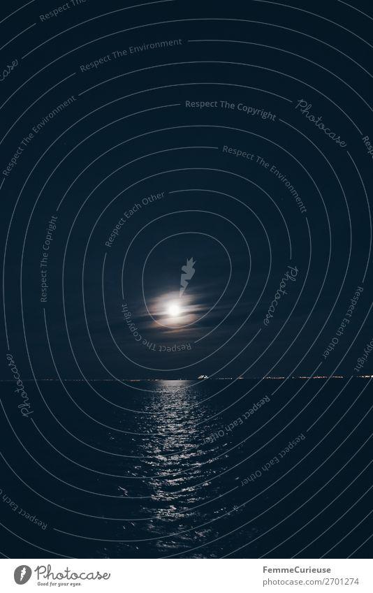 The moon reflecting at night in the Tajo River Hauptstadt Hafenstadt Horizont Fluss Portugal Lissabon Mond Mondschein Reflexion & Spiegelung Nachthimmel Himmel