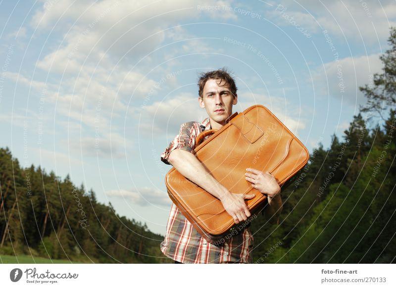 Koffer Mensch Mann Jugendliche Erwachsene Wald Angst maskulin Junger Mann 18-30 Jahre gefährlich verrückt Abenteuer festhalten dünn Hemd skurril