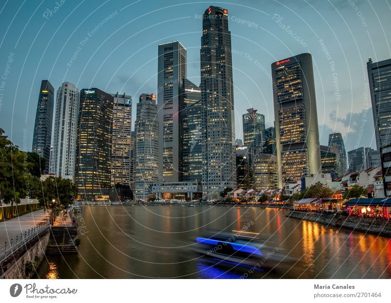 Cae la noche in Singapur Singapore Asien Stadt Hauptstadt Hafenstadt Stadtzentrum Gebäude Architektur Binnenschifffahrt Bootsfahrt Wasserfahrzeug bauen Skyline