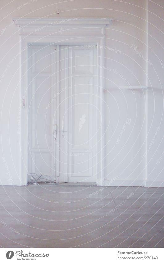 Leere. weiß ruhig Haus Wand Architektur Holz grau Mauer Gebäude hell Innenarchitektur Tür geschlossen frisch Bodenbelag streichen