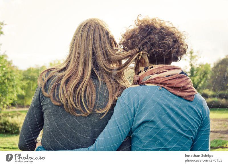 Schwestern Mensch Jugendliche Erwachsene Erholung Leben Gefühle Freundschaft Park Junge Frau Zusammensein Zufriedenheit Rücken 18-30 Jahre Fröhlichkeit