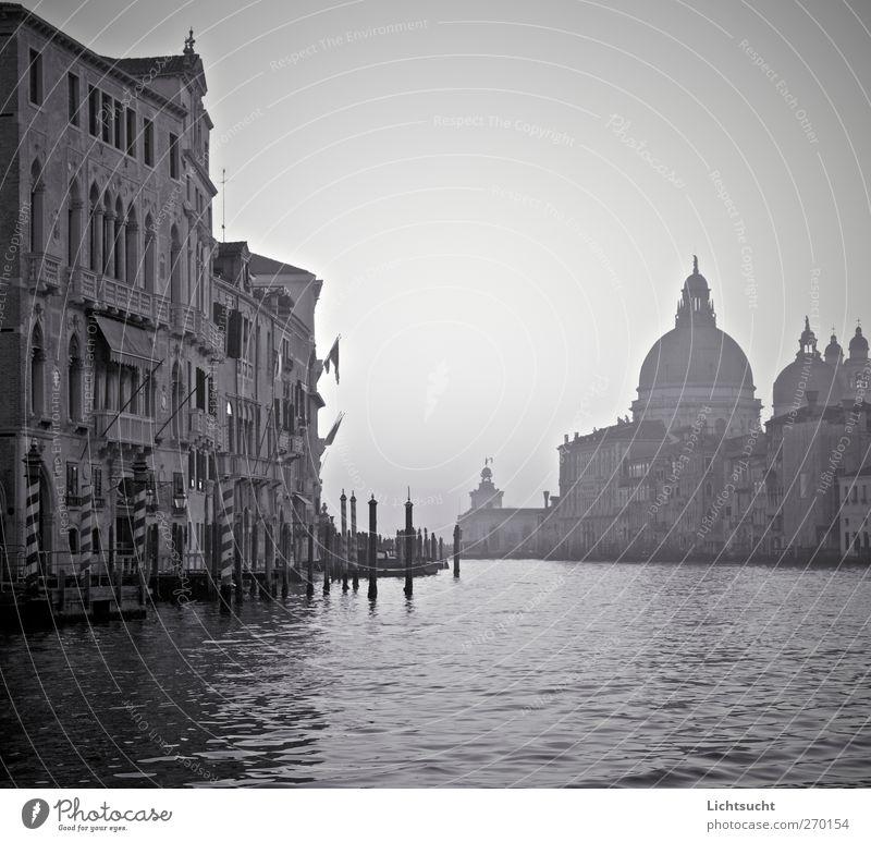 Schwarze Gondeln alt Wasser Ferien & Urlaub & Reisen schön ruhig Ferne Gefühle Traurigkeit Wellen Fassade elegant Kirche Tourismus ästhetisch Europa Italien