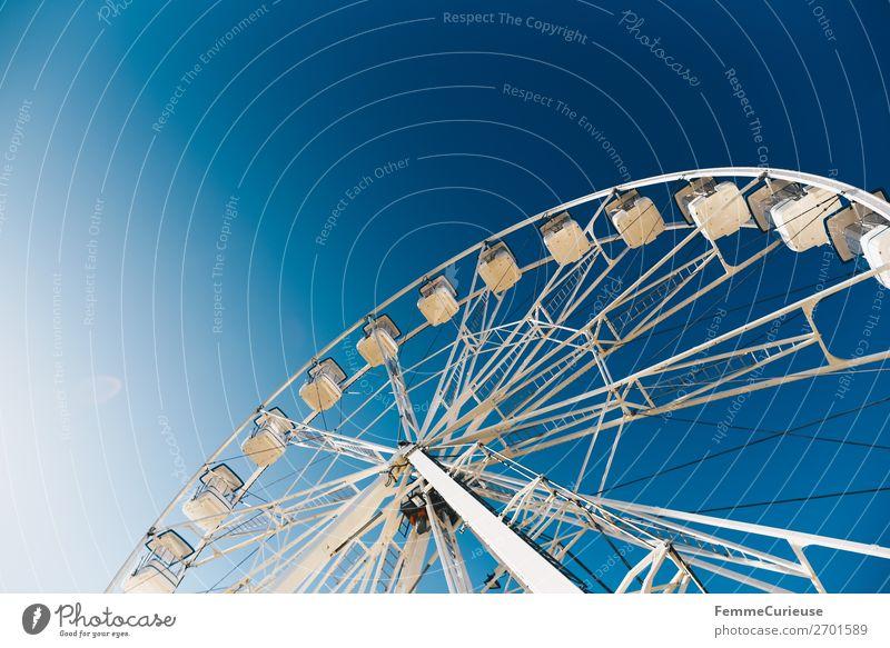 Ferris wheel in front of blue sky Hafenstadt Bewegung Cascais Riesenrad Portugal Blauer Himmel Jahrmarkt Sonnenstrahlen Urlaubsstimmung blau weiß Farbfoto