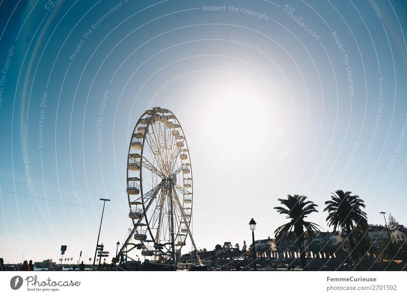 Ferris wheel in front of blue sky Hafenstadt Ferien & Urlaub & Reisen Urlaubsort Cascais Portugal Riesenrad Jahrmarkt Attraktion Sonnenstrahlen Reisefotografie