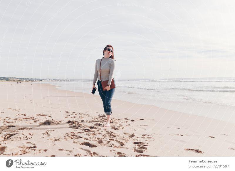 Holidaymaker at the Atlantic Ocean Frau Mensch Ferien & Urlaub & Reisen Jugendliche Sonne Erholung 18-30 Jahre Lifestyle Erwachsene feminin Tourismus