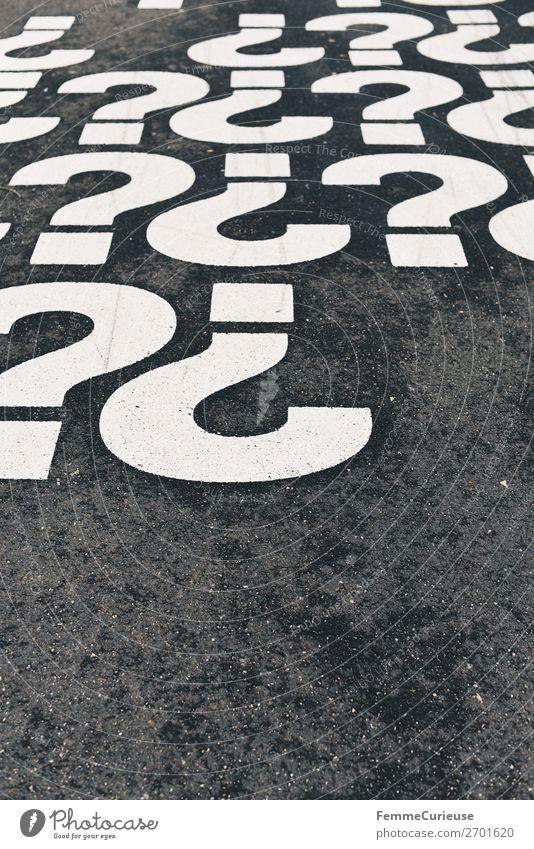 Question marks on pedestrian path weiß mehrere Schriftzeichen Kommunizieren Zeichen Bürgersteig Fragen Fragezeichen Satzzeichen