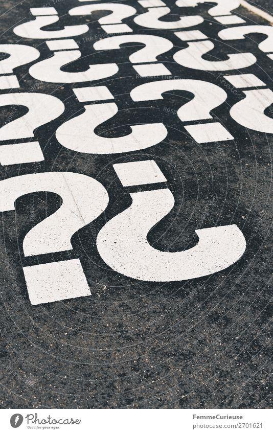 Multiple question marks on a pedestrian walkway Zeichen Schriftzeichen Kommunizieren Bürgersteig Fußweg Fragezeichen Fragen Satzzeichen Fragesatz Farbfoto