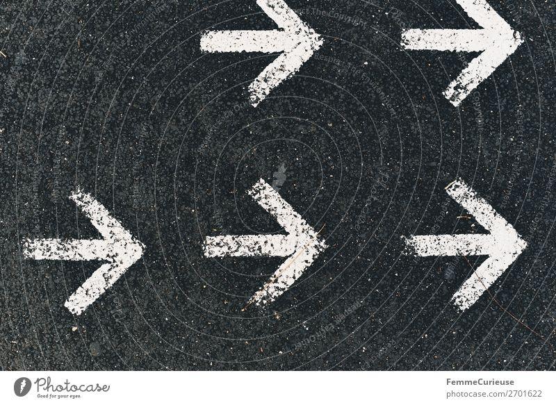 Arrows on a pedestrian walkway Zeichen Schriftzeichen Kommunizieren Pfeile Richtung richtungweisend Richtungswechsel Fußgängerzone Bürgersteig