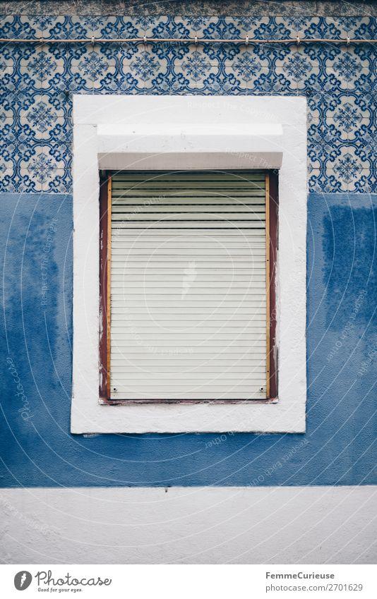 Window in Portugal surrounded by colorful house front Stadt Ferien & Urlaub & Reisen Häusliches Leben Fenster Lissabon Fliesen u. Kacheln Muster Blauton blau