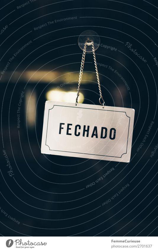 'FECHADO' sign in Portugal Zeichen Schilder & Markierungen Hinweisschild Warnschild Kommunizieren Geschäftszeiten geschlossen fechado Portugiesisch Lissabon