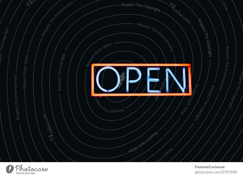 Neon sign showing the word 'OPEN' Zeichen Schriftzeichen Schilder & Markierungen Hinweisschild Warnschild Kommunizieren offen Geschäftszeiten Open Leuchtreklame