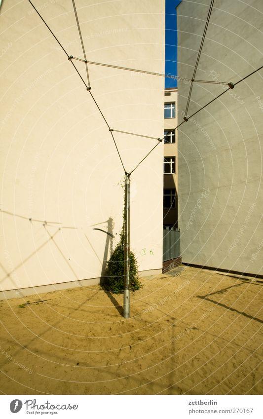 Rankhilfe Freizeit & Hobby Spielen Häusliches Leben Haus Stadt Stadtzentrum Menschenleer Spielplatz Bauwerk Gebäude Architektur Mauer Wand Fassade Balkon gut
