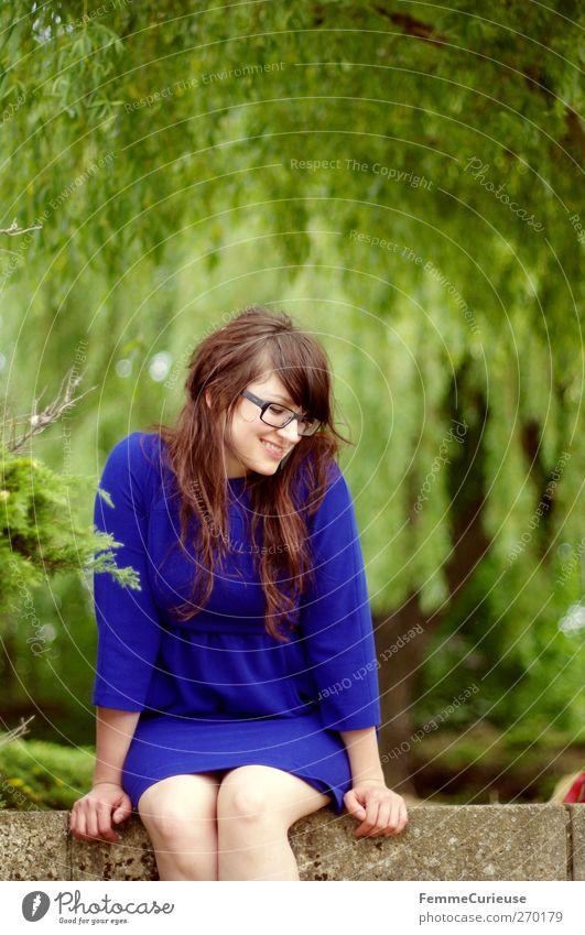 Auf der Mauer, auf der Mauer. Mensch Frau Natur Jugendliche Baum Pflanze Sommer Erwachsene Umwelt Landschaft Wiese feminin Frühling Garten Mauer Park