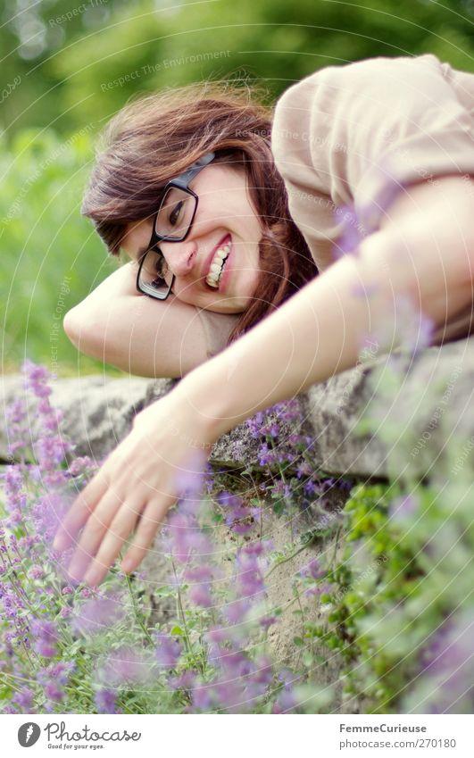 Verliebt. Mensch Frau Natur Jugendliche Sommer Blume Erwachsene Erholung Liebe Umwelt feminin lachen Garten Mauer träumen Junge Frau
