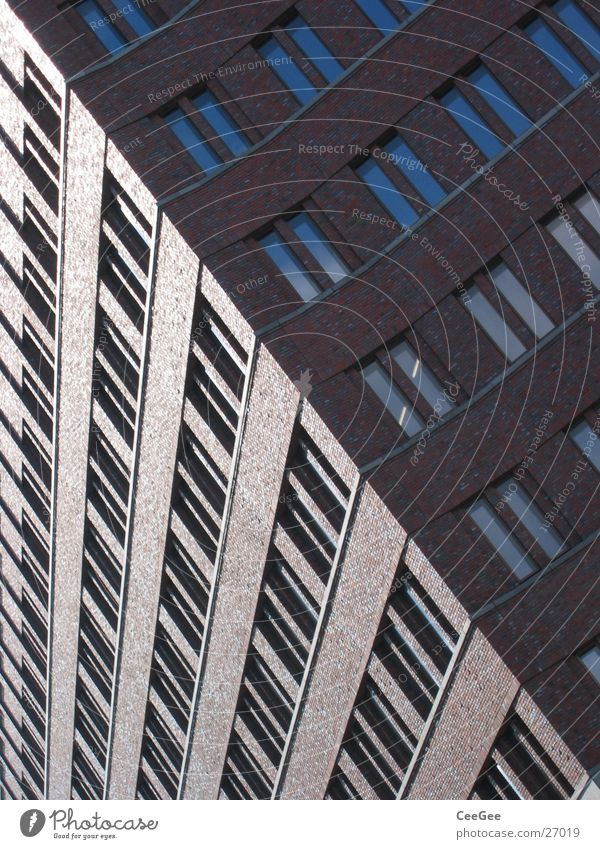 diagonal Gebäude Potsdamer Platz rot Fenster Backstein Reflexion & Spiegelung Wand Mauer Licht Hochhaus Architektur Glas verrückt Schatten