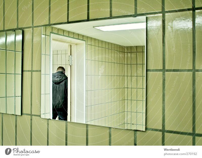Spülgang Pinkler Innenarchitektur Spiegel Bad Toilette Fliesen u. Kacheln Mensch maskulin Jugendliche Erwachsene Leben 1 18-30 Jahre Mauer Wand gebrauchen
