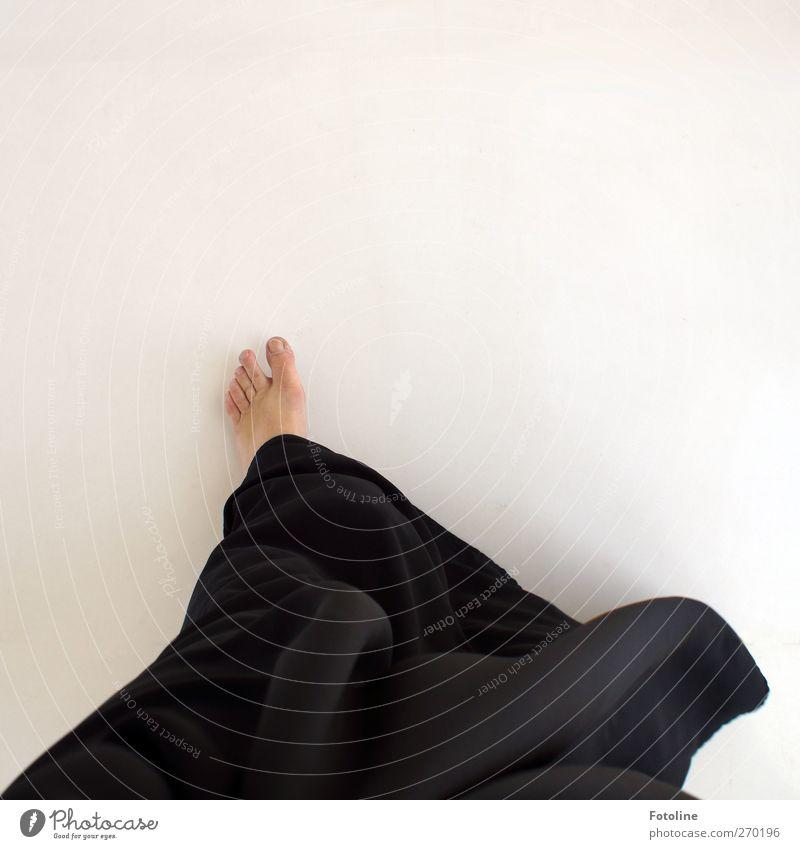 Abu Dhabi {Auf dem Weg zum Scheich - für Time.} Mensch feminin Frau Erwachsene Haut Fuß hell schwarz weiß Zehen Tracht Abaya Trachtenkleid Kleid Wind wehen