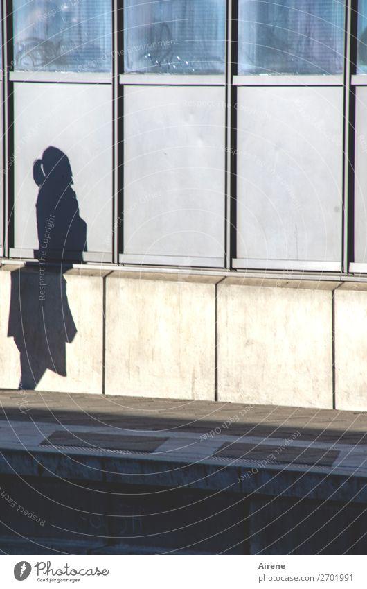 geknickt feminin Frau Erwachsene 1 Mensch Bahnhof Bahnsteig Beton Glas Metall stehen warten blau grau Langeweile stagnierend Einsamkeit kaputt Farbfoto