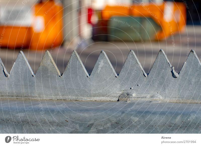 Sperrmüll Umwelt orange grau Metall Ordnung Platz gefährlich geschlossen Spitze Baustelle Zaun Wachsamkeit Dienstleistungsgewerbe Tor eckig Ornament