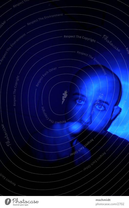 das denkst DU.. Mensch blau Lampe Finger zeigen