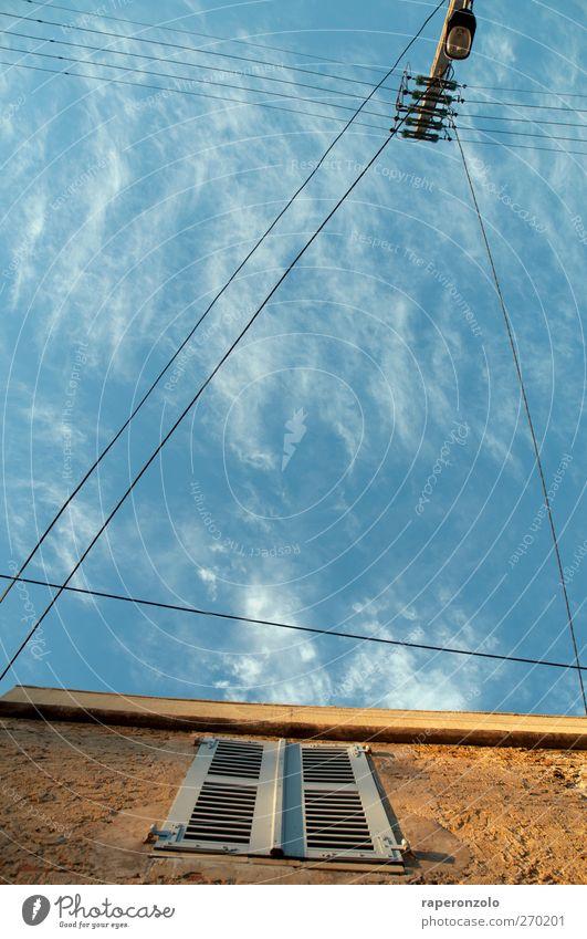 alles fließt Ferien & Urlaub & Reisen Ferne Freiheit Wohnung Haus Himmel Sommer Mauer Wand Fassade Fenster blau braun verbinden kreuzen Dreieck Elektrizität