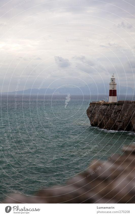 Wächter Umwelt Landschaft Himmel Wolken Horizont schlechtes Wetter Küste Meer Mittelmeer Leuchtturm Sehenswürdigkeit Schifffahrt stehen Ferne groß schön kalt