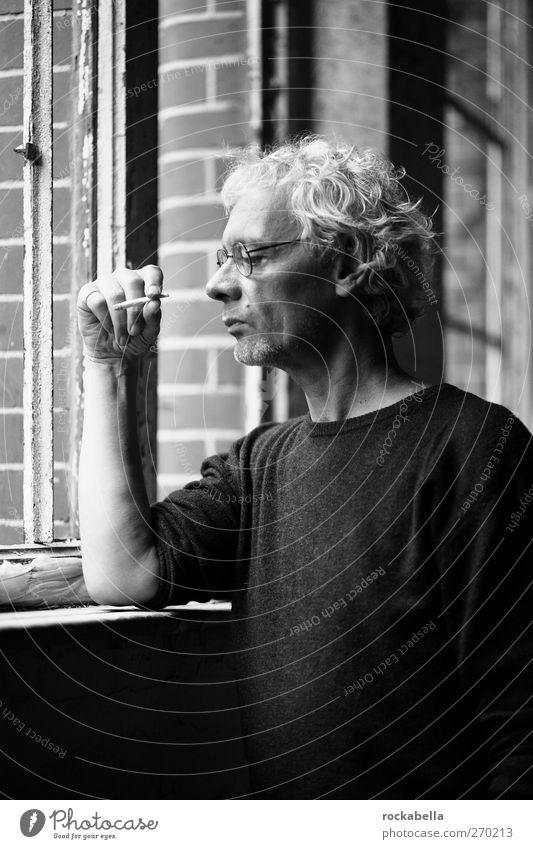 AST5 | Mann schaut aus Fenster maskulin 1 Mensch 45-60 Jahre Erwachsene beobachten träumen Coolness einzigartig Ehrlichkeit authentisch Rauchen Schwarzweißfoto
