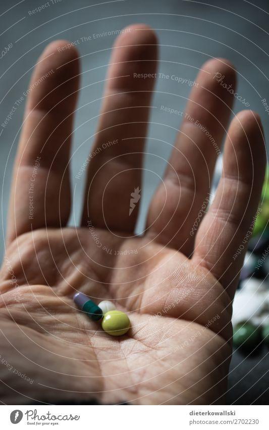 Pillen Mensch Hand Gesundheit Lifestyle Sport Gesundheitswesen Tod Angst Kraft Fitness Hilfsbereitschaft Trauer Krankheit Medikament Rauchen Arzt