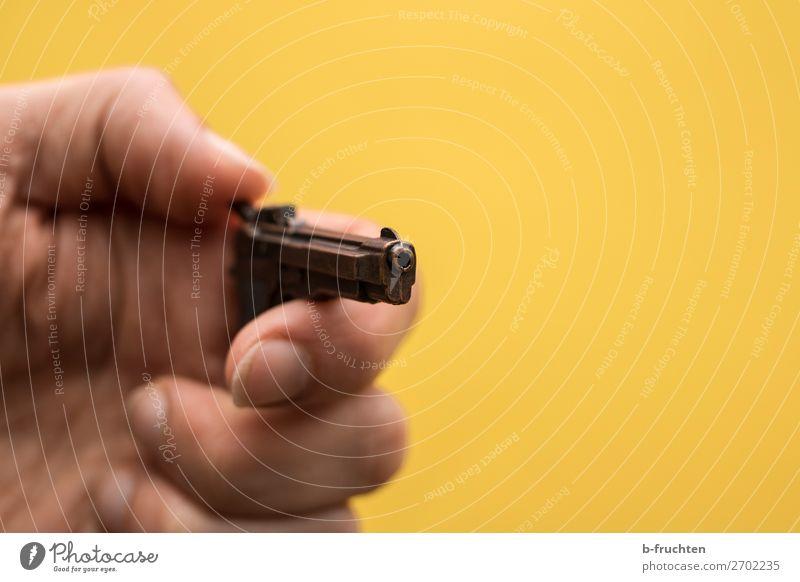 Kein Spielzeug Mann Erwachsene Hand Finger gebrauchen festhalten Jagd bedrohlich trashig gelb Macht Verantwortung verstört Gewalt Aggression Tod Verbote