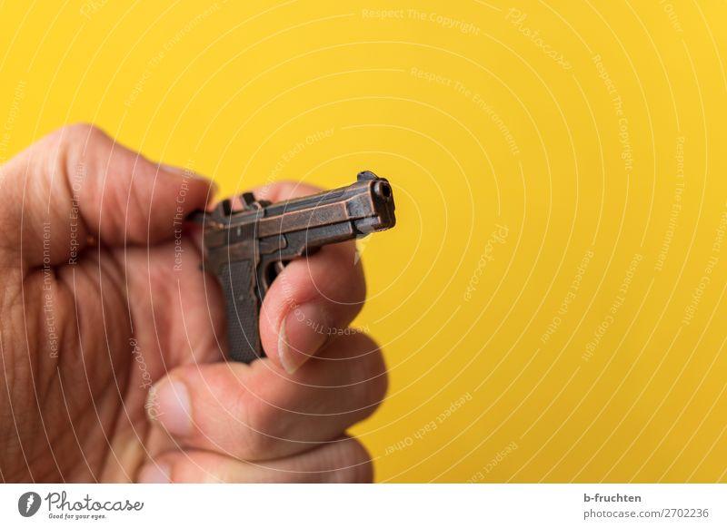 Hände hoch! Mann Erwachsene Hand Finger Spielzeug berühren festhalten verrückt trashig gelb gefährlich Aggression Gewalt Sicherheit Pistole Waffe