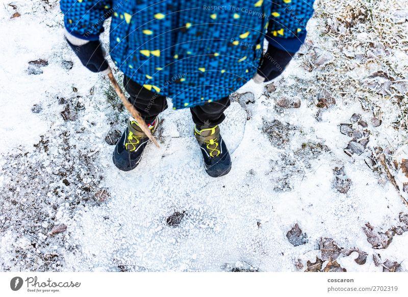 Kind Mensch Ferien & Urlaub & Reisen Natur blau weiß Erholung Einsamkeit Winter Berge u. Gebirge Straße Lifestyle Beine kalt Schnee Junge