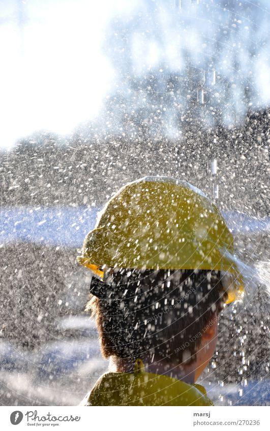 Gelbhelm Mensch Jugendliche Wasser Freude Erwachsene gelb Kopf Regen Arbeit & Erwerbstätigkeit maskulin Junger Mann nass 18-30 Jahre frisch Wassertropfen
