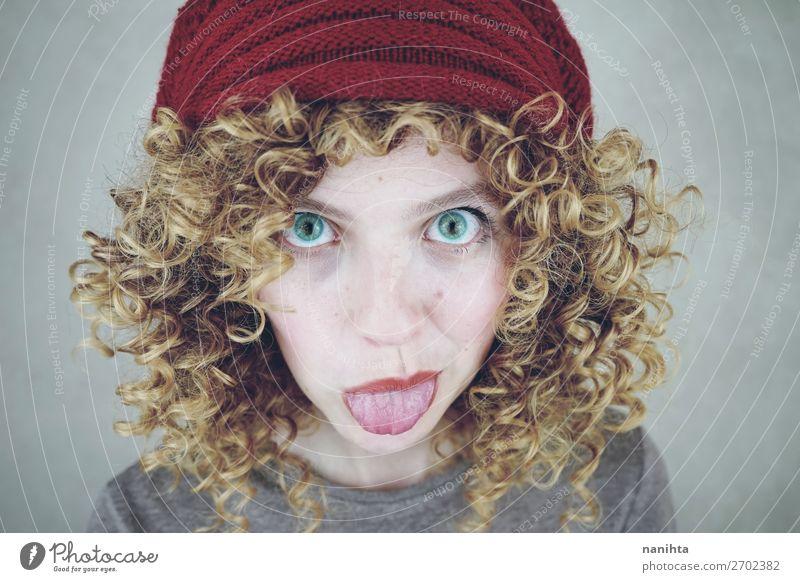 Porträt einer schönen und lustigen jungen Frau Stil Freude Haut Gesicht Mensch feminin Junge Frau Jugendliche Erwachsene 1 18-30 Jahre Mode Hut Haare & Frisuren