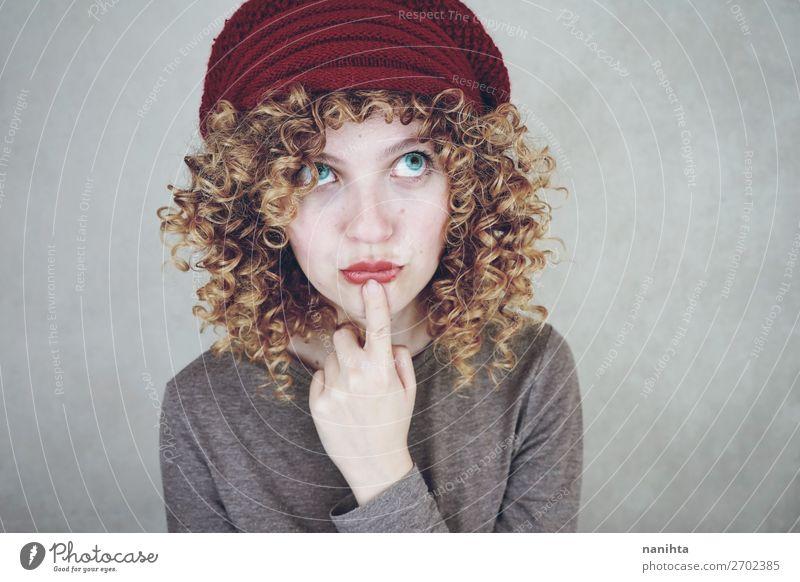 Porträt einer jungen, lustigen, nachdenklichen Frau Stil schön Gesicht Mensch feminin Erwachsene Jugendliche Mode blond Denken träumen Coolness natürlich