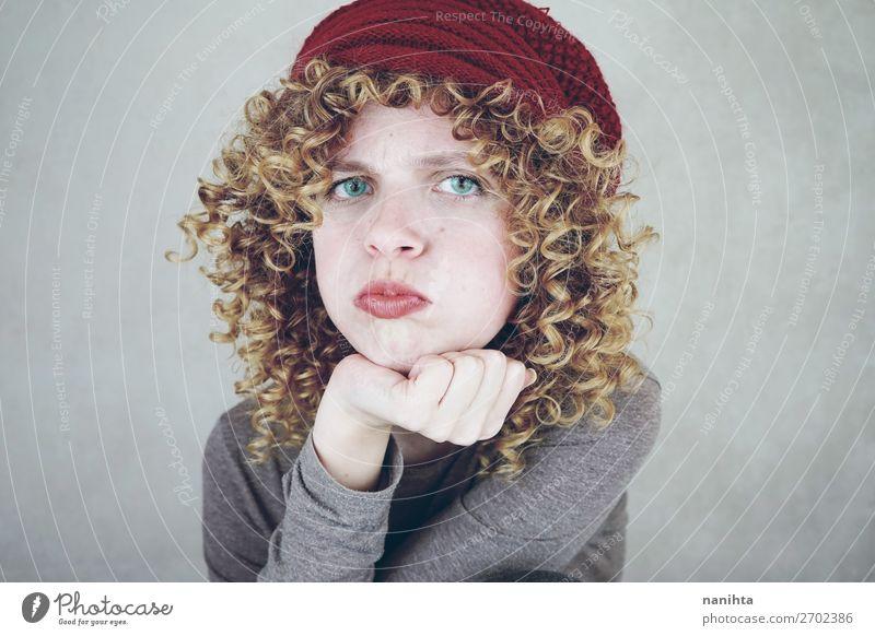 schöne und junge, lustige, gelangweilte oder wütende Frau Stil Gesicht Erwachsene Mode blond Coolness natürlich niedlich weich blau Stolz gereizt Feindseligkeit