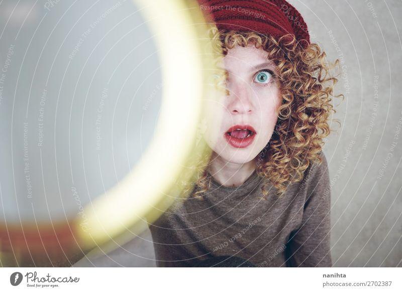 Nahporträt einer schönen und lustigen Frau Stil Gesicht Mensch feminin Junge Frau Jugendliche Erwachsene 1 18-30 Jahre Mode Hut blond Locken entdecken Coolness