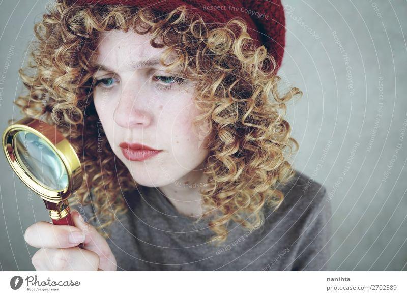 Porträt einer jungen Frau mit einer Lupe Stil schön Gesicht Mensch feminin Junge Frau Jugendliche Erwachsene 1 18-30 Jahre Mode blond entdecken Coolness lustig