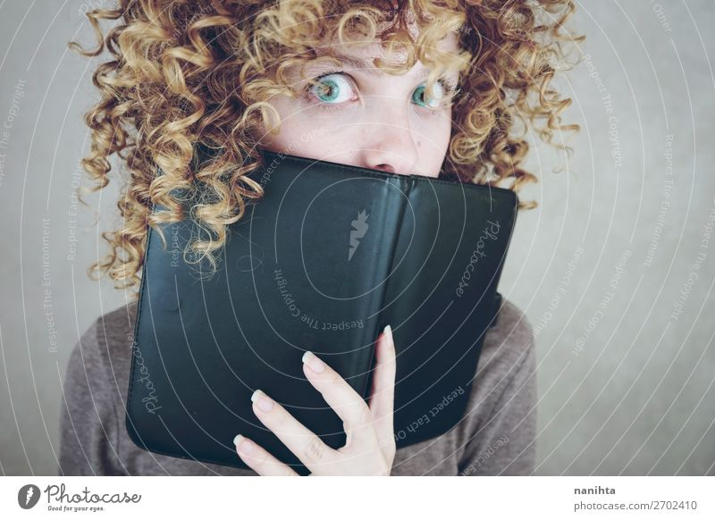 Frau Mensch Jugendliche blau schön 18-30 Jahre Gesicht Erwachsene natürlich lustig feminin Stil Technik & Technologie blond Buch niedlich