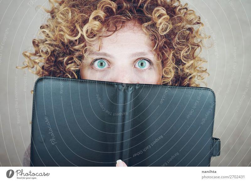 Frau Mensch Jugendliche Junge Frau blau schön 18-30 Jahre Gesicht Erwachsene natürlich lustig feminin Stil Haare & Frisuren Angst Technik & Technologie