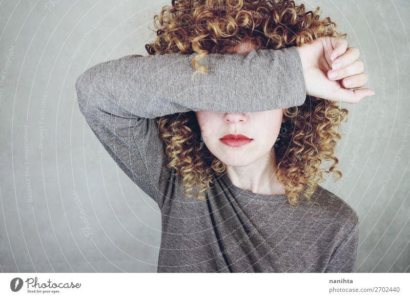 Junge Frau bedeckt ihr Gesicht mit ihrem Arm. Stil schön Mensch feminin Erwachsene 1 18-30 Jahre Jugendliche Mode blond Coolness natürlich niedlich weich