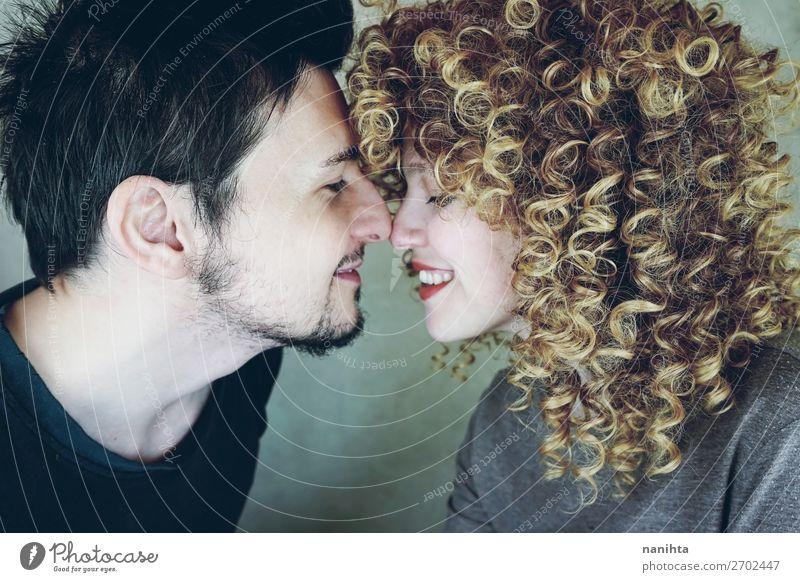 Porträt eines natürlichen kaukasischen Paares, das glücklich verliebt ist. Lifestyle Stil schön Gesicht Mensch maskulin feminin Frau Erwachsene Mann