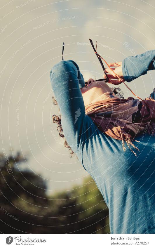 junge Frau guckt durch Sonnenbrille Lifestyle Freude Glück Freizeit & Hobby Mensch Junge Frau Jugendliche 1 18-30 Jahre Erwachsene Fröhlichkeit Stimmung