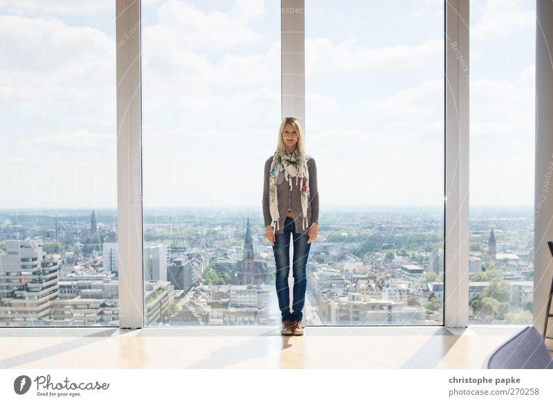 Im Oberhaus angekommen feminin Junge Frau Jugendliche 1 Mensch 18-30 Jahre Erwachsene Schönes Wetter Düsseldorf Skyline Fenster Schal stehen Unendlichkeit