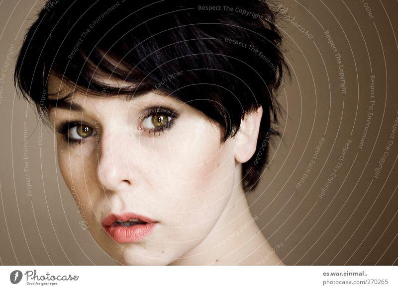 zartbitter Stil Haare & Frisuren Gesicht feminin 18-30 Jahre Jugendliche Erwachsene schwarzhaarig kurzhaarig beobachten träumen schön Neugier Wärme braun