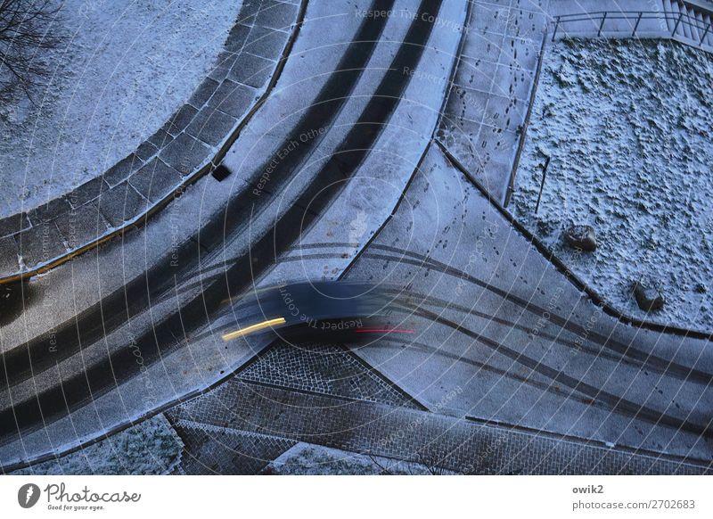 Geisterfahrer Winter Schnee Verkehr Verkehrsmittel Verkehrswege Autofahren Straße Wegkreuzung Kurve Spuren Reifenspuren Fahrbahn rennen Bewegung dunkel